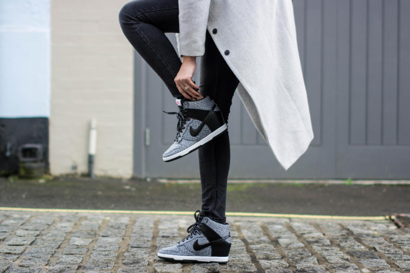 EJSTYLE - Dorothy Perkins Long grey coat, wedge nike sneakers trainers, Acid wash black jeans asos, Winter OOTD, london street style