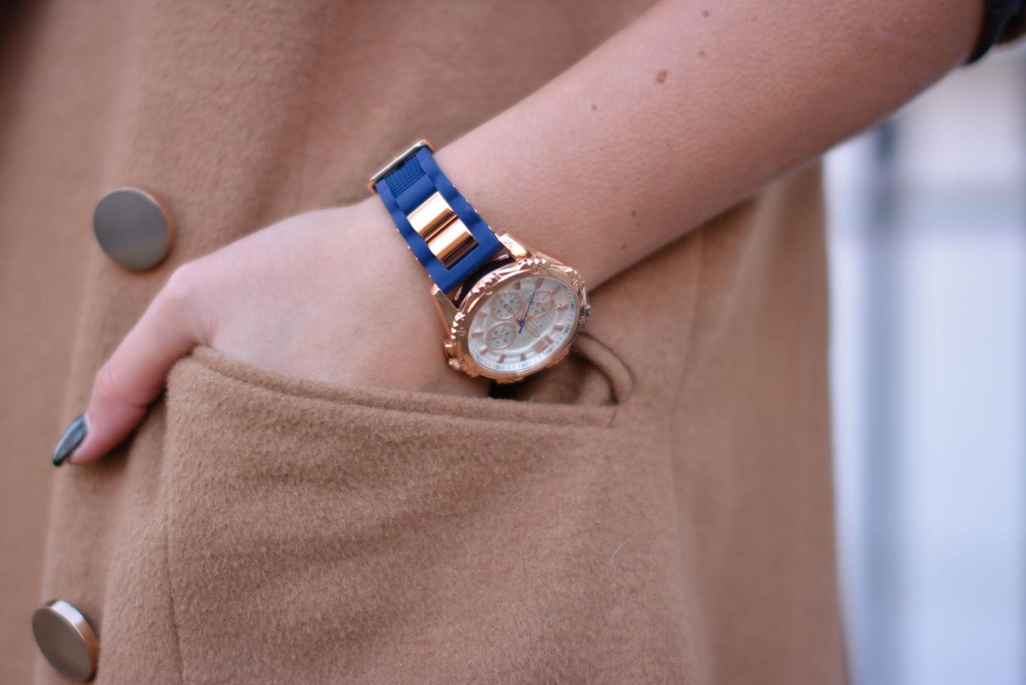 EJSTYLE - Guess watch with navy silcone strap, camel coat