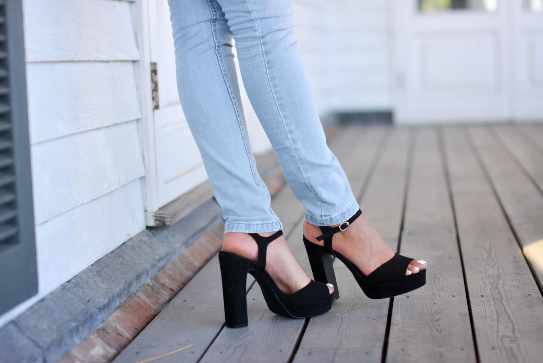 EJSTYLE - Emma Hill wears black suede platform sandals, bleach was skinny jeans