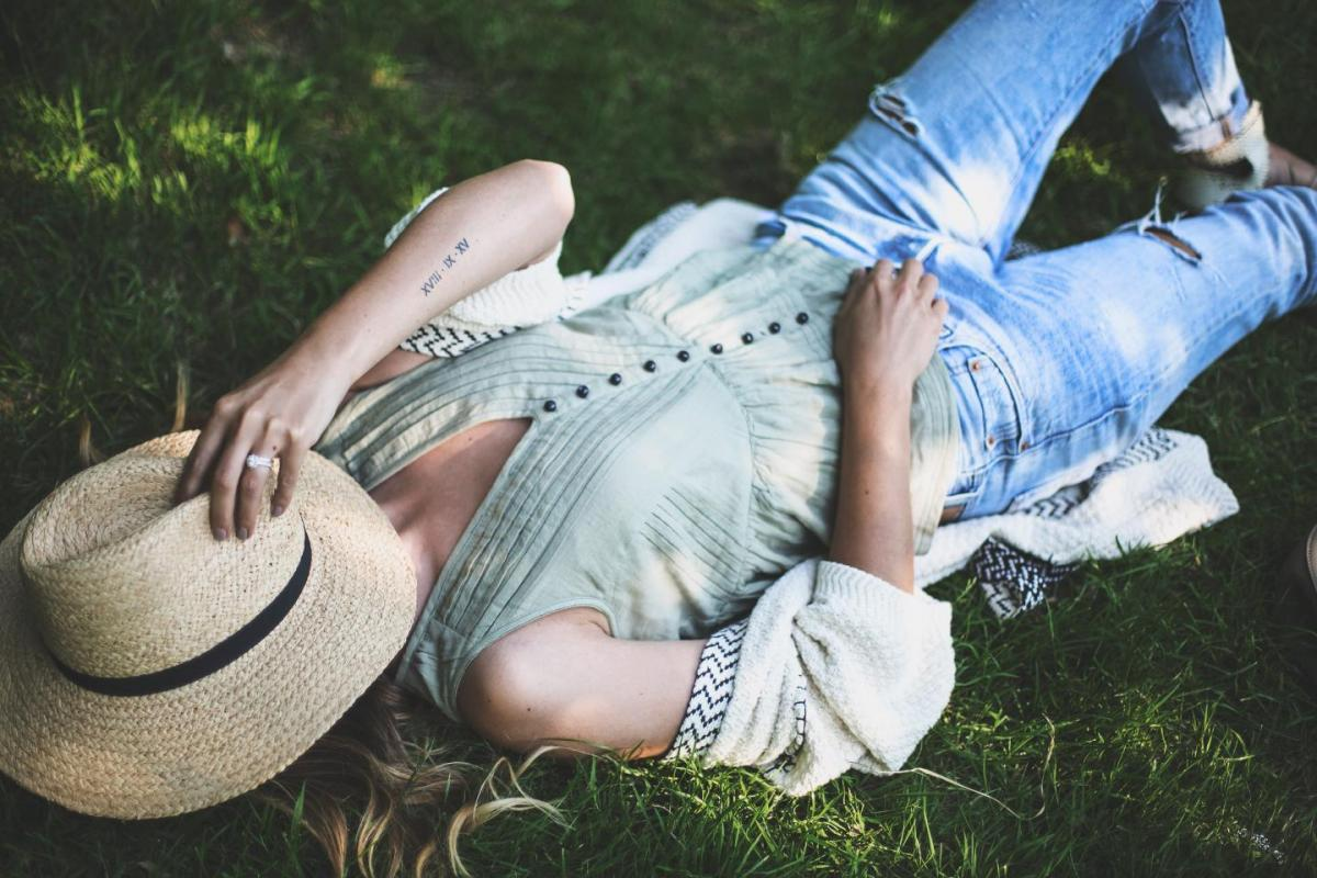 chill in the park outfit, straw fedora hat, boyfriend jeans, casual summer outfit, khaki sleeveless top, cream cardigan, flat sandals