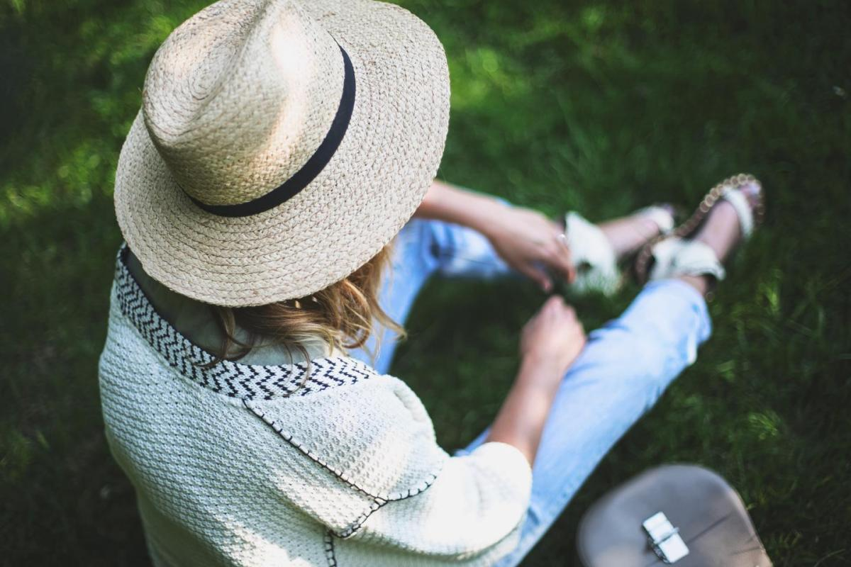 picnic in the park outfit, straw fedora hat, boyfriend jeans, casual summer outfit, chloe drew, cream cardigan, flat sandals