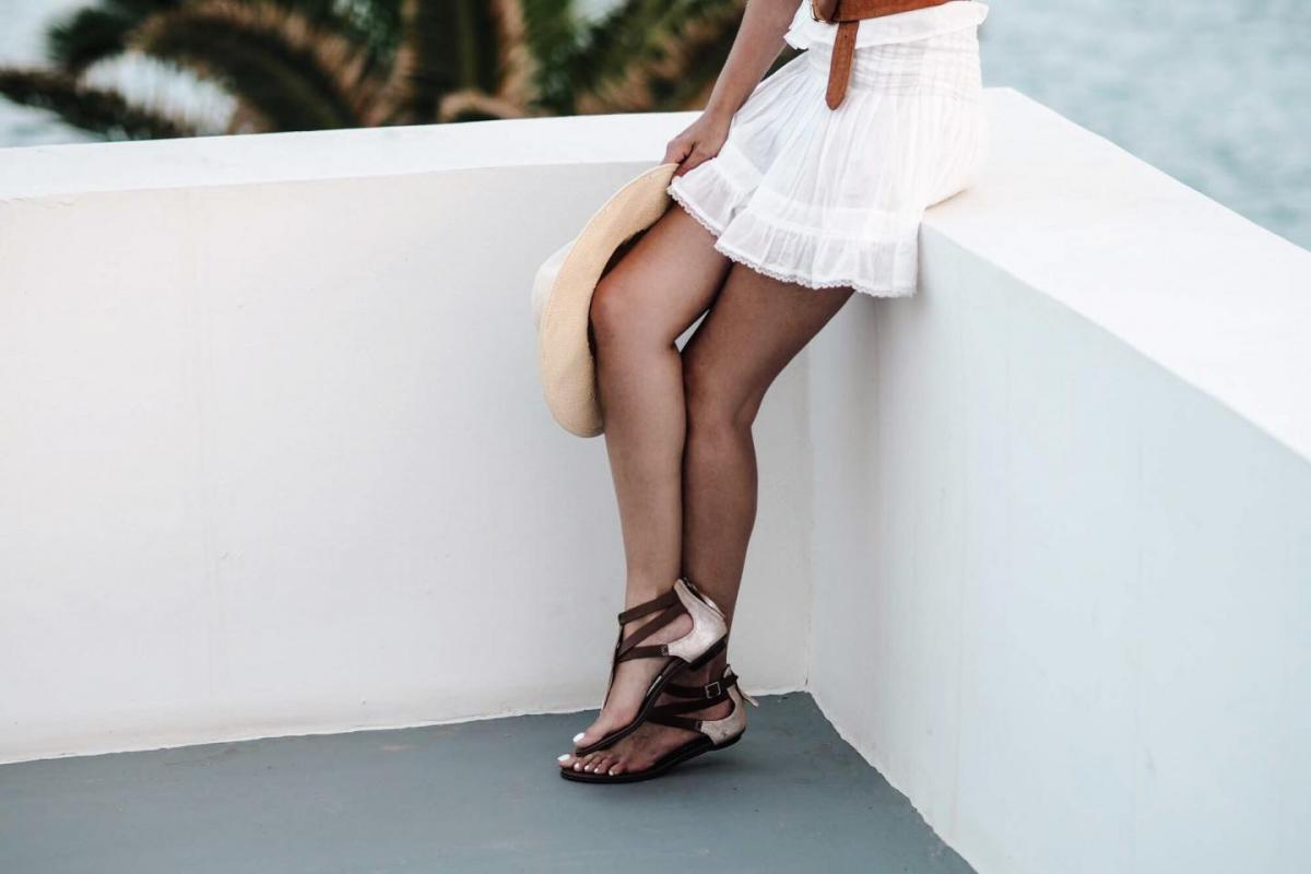 white summer dress, tan belt, tan gold sandals, straw fedora hat, travel blogger, fashion, summer style