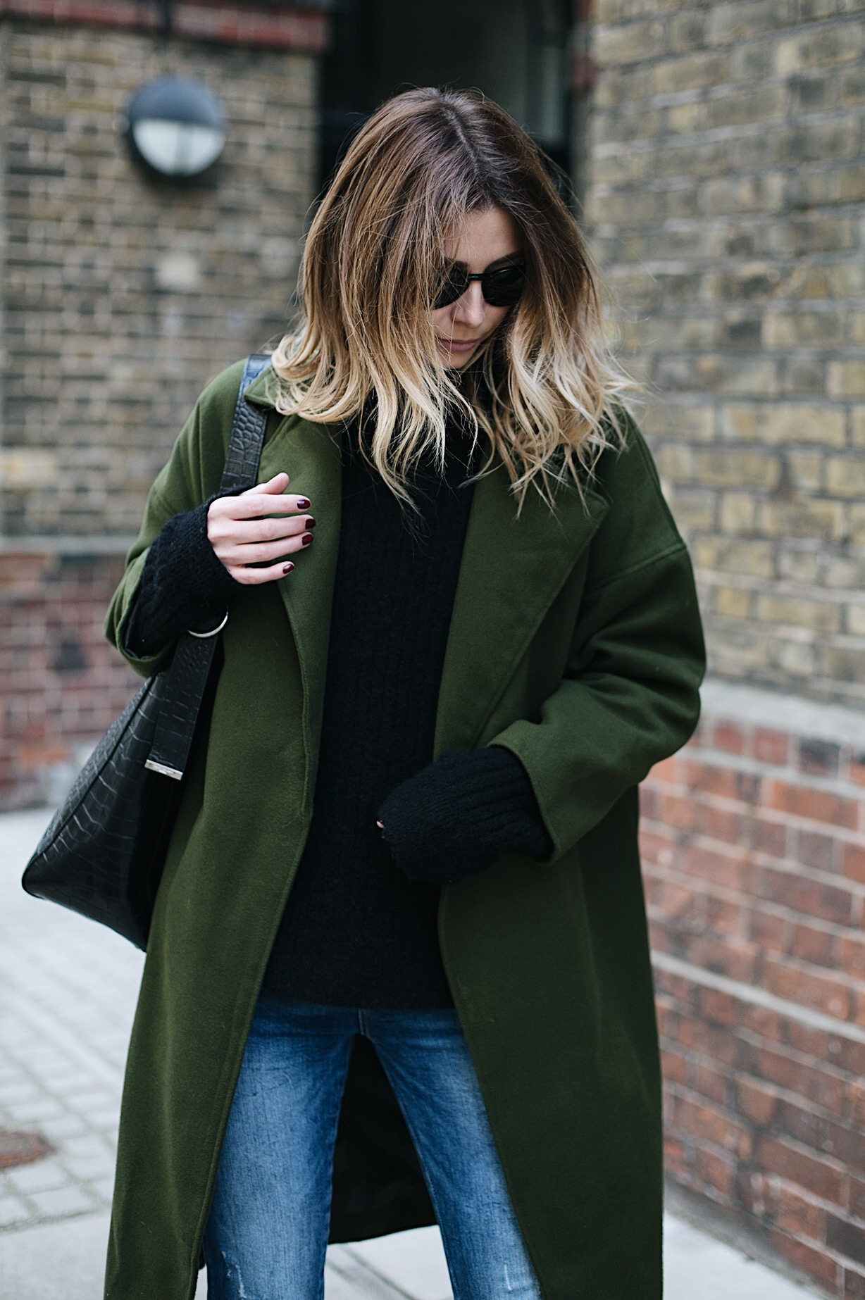 khaki coat, black sweater, skinny jeans, black croc bag, balayage blonde hair, chic winter outfit