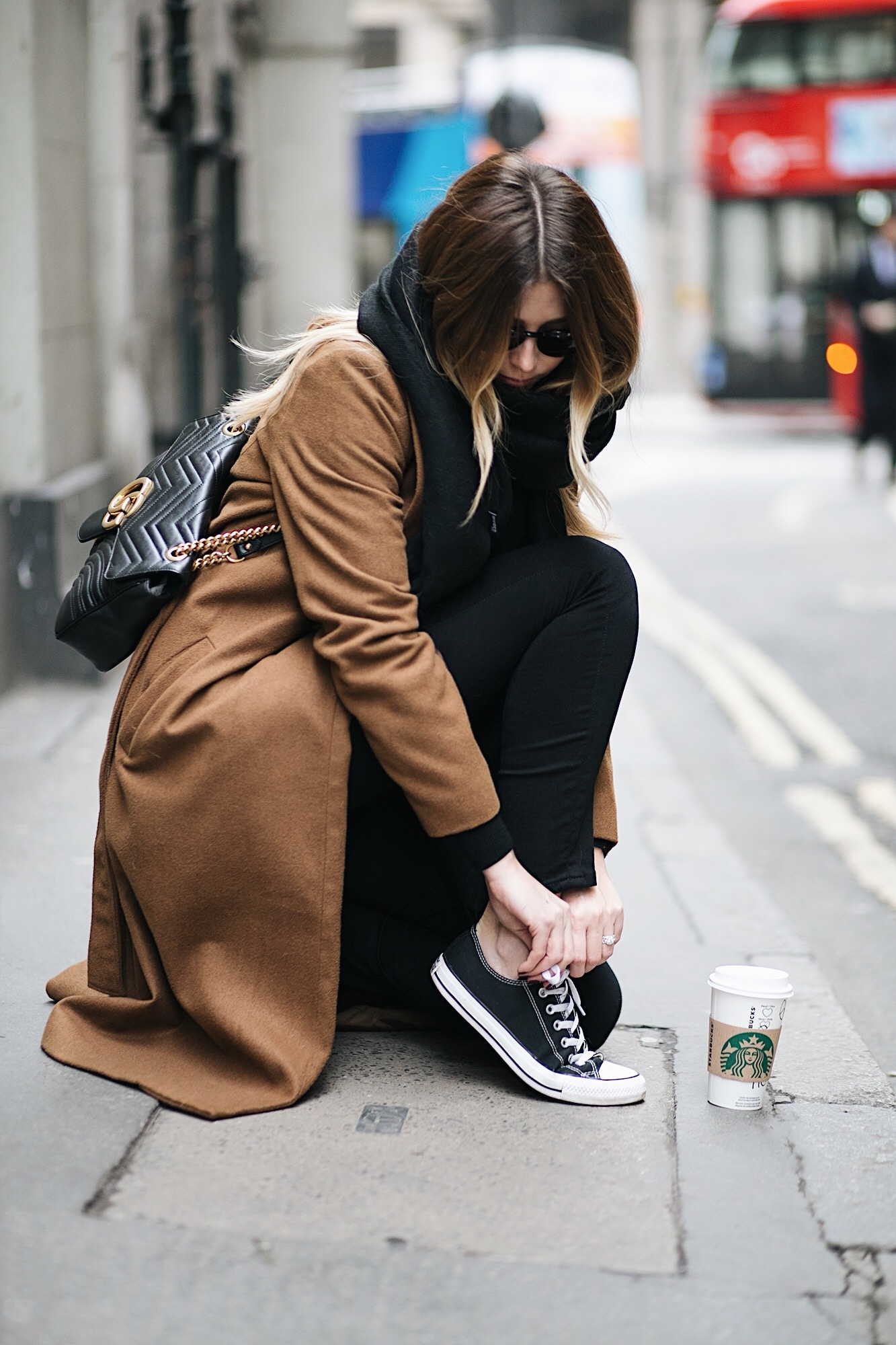 EJ STYLE - Camel coat, black skinny jeans, black scarf, black low chuck Converse, Gucci medium leather Marmont bag
