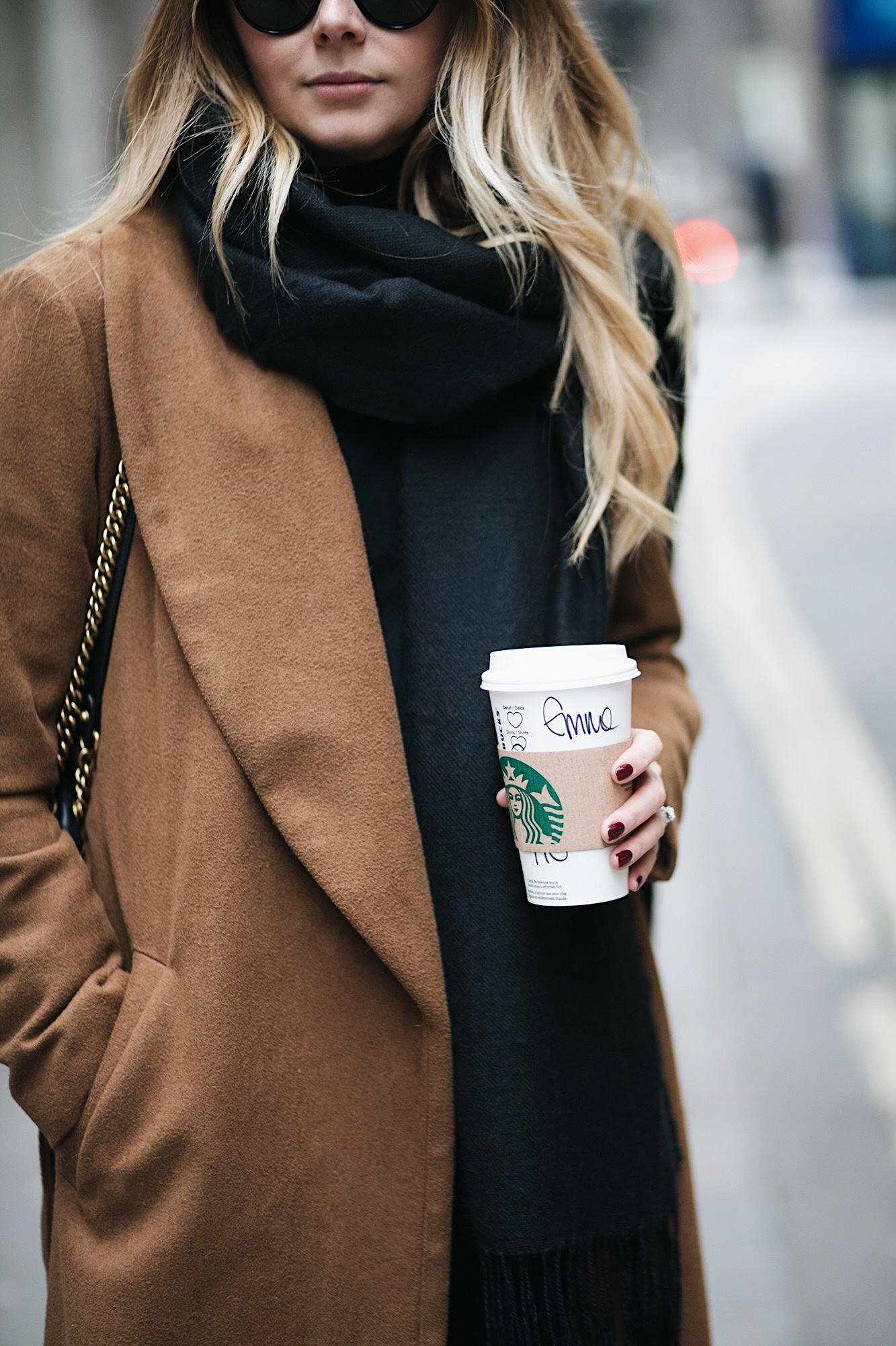 EJ STYLE - Camel coat, black scarf