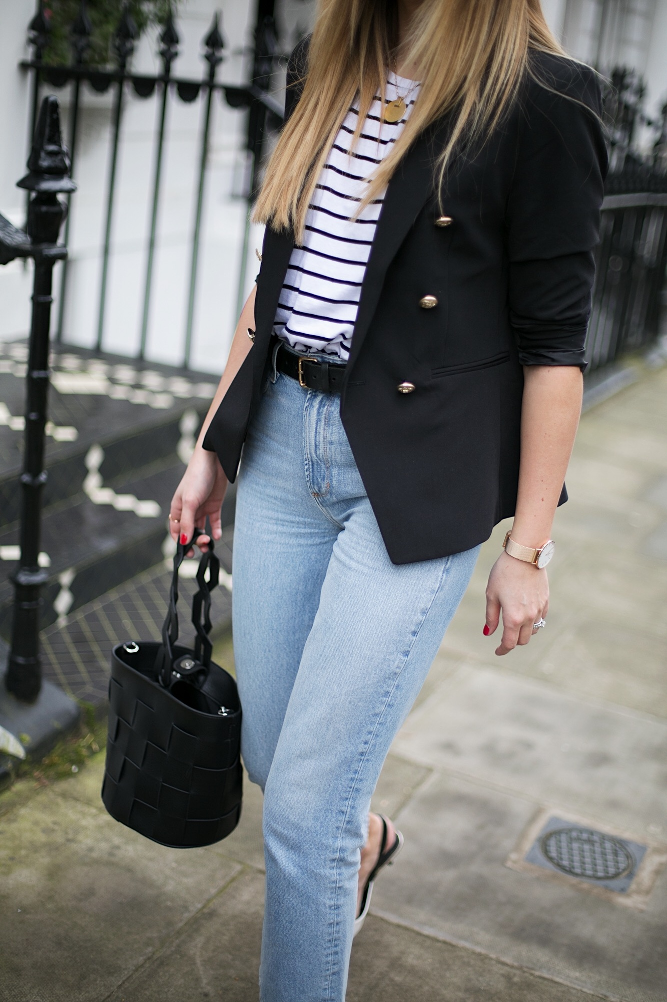 Stripe t-shirt, black military blazer, light wash high waisted jeans, black belt, round rayon sunglasses, black bucket bag, spring outfit