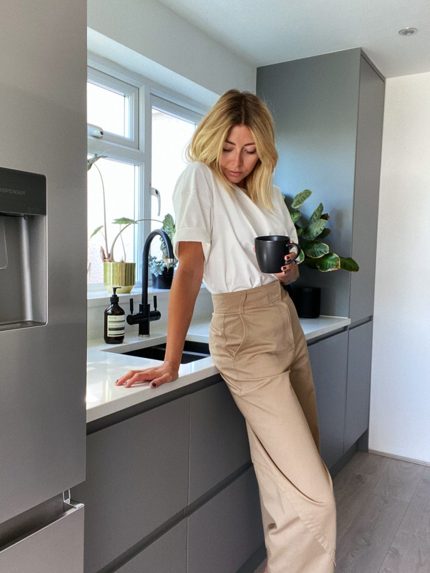 Emma Hill style. White oversized t-shirt, beige wide leg trousers, casual Summer outfit