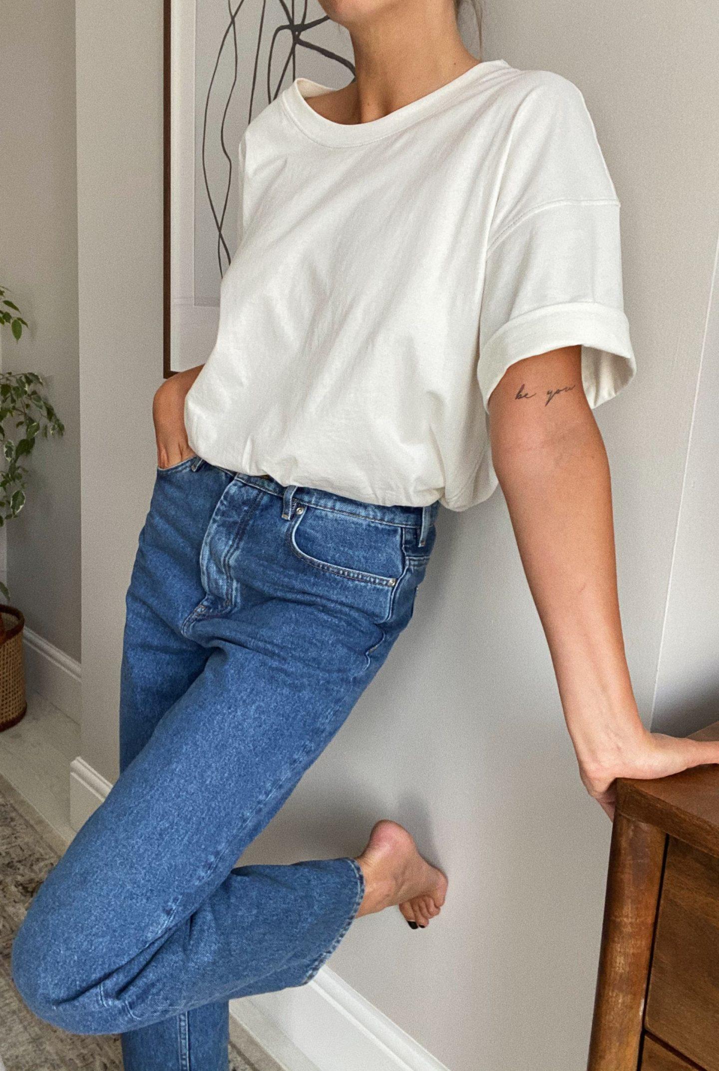 oversized white t-shirt, straight leg jeans. Outfit basics_